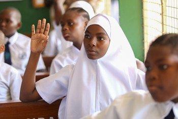 坦桑尼亚达累斯萨拉姆的小学生。