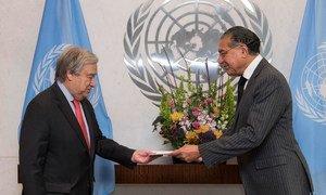 Le Représentant permanent du Pakistan, Munir Akram (à droite), présente ses lettres de créance au Secrétaire général des Nations Unies, António Guterres, en novembre 2019.