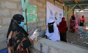 在也门哈拉兹难民营,妇女在分发点排队。在2019冠状病毒病的背景下,人们在采取防范措施,避免感染病毒。