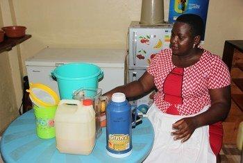 Kufungwa kwa shule nchini Uganda kumemlazimu Catherine Tuhaise kurejelea stadi yake ya  utotoni ya kukamua matunda na kuuza juisi ili kujipatia kipato na kulea familia yake.