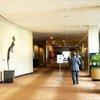 Un delegado camina por los pasillos vacíos de la sede de la ONU en Nueva York