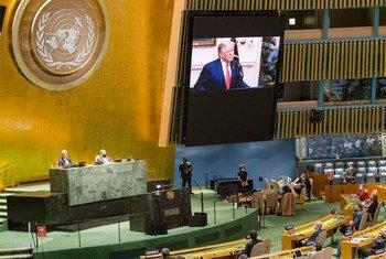 Le Président américain Donald Trump (sur l'écran) prononce un discours lors du débat général de la 75e session de l'Assemblée générale des Nations Unies.