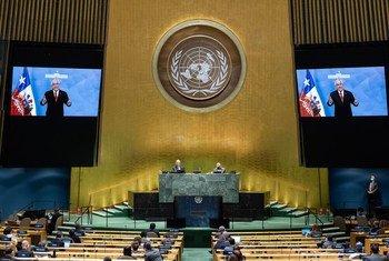 El Presidente de Chile, Sebastián Piñera Echeñique (en las pantallas), se dirige al debate general del septuagésimo quinto período de sesiones de la Asamblea General.