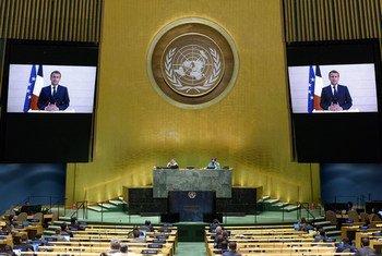 Le Président français Emmanuel Macron (à l'écran) s'exprime au débat général de la soixante-quinzième session de l'Assemblée générale.