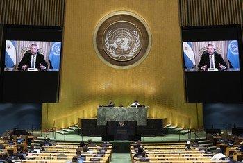 El Presidente Alberto Fernández (en las pantallas) de Argentina se dirige al debate general del septuagésimo quinto período de sesiones de la Asamblea General.