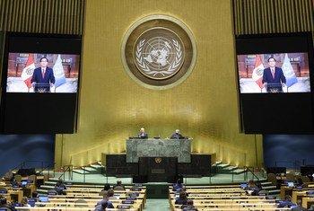 El Presidente Martín Vizcarra Cornejo (en las pantallas) de Perú se dirige al debate general del septuagésimo quinto período de sesiones de la Asamblea Genera