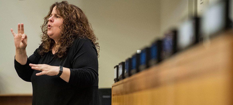 Intérprete de lenguas de señas en un evento especial de la ONU