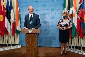 سيمون كوفيني، وزير الخارجية الأيرلندي ووزير الدفاع يتحدث إلى مندوبي وسائل الإعلام في المقر الدائم.