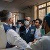 Le chef de l'OMS, Dr Tedros (au centre) discute avec le personnel d'un hôpital à Kaboul, en Afghanistan.
