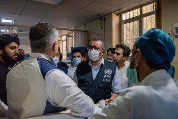 世卫组织总干事谭德赛(中)在阿富汗喀布尔的一家国立医院向医护人员发表讲话。