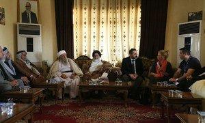 特别代表兼联合国伊拉克援助团团长雅尼娜·亨尼斯-普拉斯哈特在伊拉克舍坎会见了雅兹迪最高精神领袖、雅兹迪精神委员会成员巴巴·谢赫和其他委员会成员。