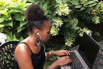 Loise Wairimu akifanya kazi nyumbani katika jimbo la New Jersey, Marekani baada ya Makao Makuu ya Umoja wa Mataifa mjini New York kufungwa kwa muda ili kupambana na COVID-19.