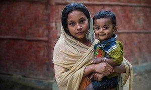 فتاة من الروهينجا وشقيقها يلتقطون الصورة من أمام أحد الأندية الشبابية في كوكس بازار، ببنغلاديش.