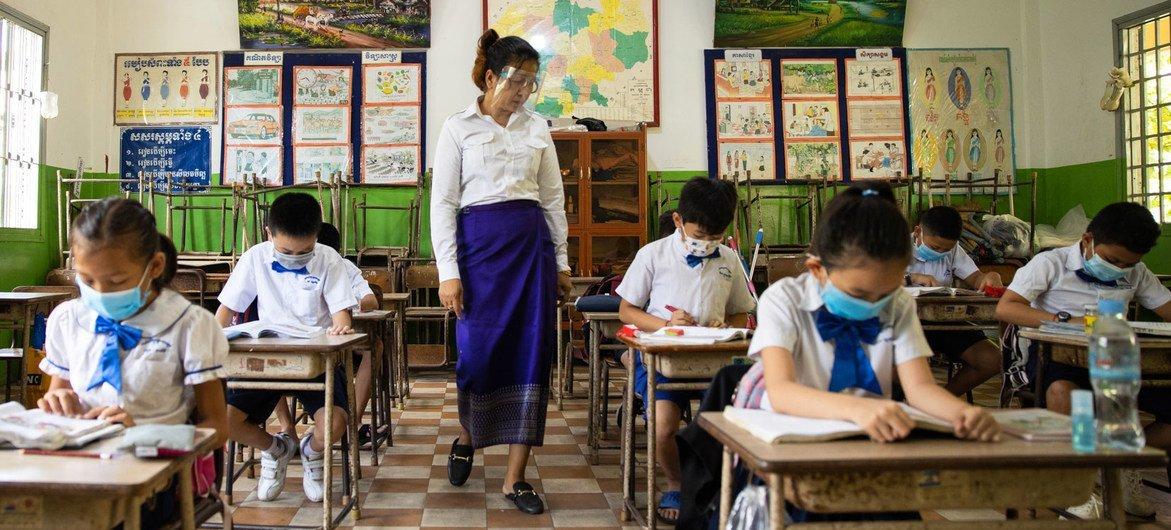 Школа в Камбодже: учителя и ученики носят маски, чтобы избежать распространения коронавируса.