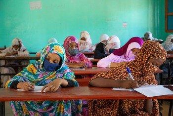 Des étudiantes mauritaniennes retournent à l'école après plusieurs mois de fermeture des écoles en raison de la COVID-19.