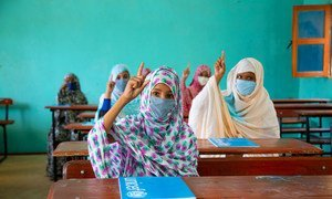الطلاب الموريتانيون يعودون إلى المدرسة بعد عدة أشهر من إغلاق المدارس بسبب كوفيد-19.