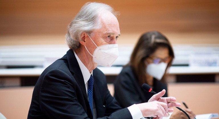 المبعوث الخاص إلى سوريا، غير بيدرسون، يلتفي بالرئيسان المشاركان للجنة الدستورية السورية في جنيف.