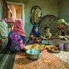 也门阿姆兰省的一个家庭用通过儿童基金会紧急现金转移项目收到的钱享用午餐。