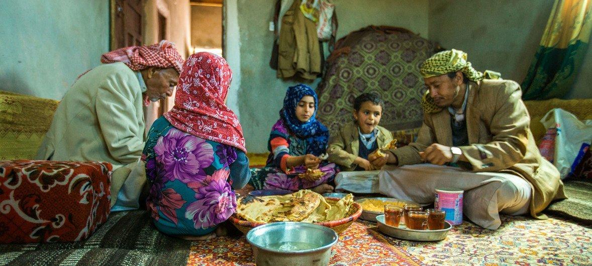 यमन के अमरान गवर्नरेट में एक परिवार साथ में भोजन करते हुए. इस परिवार को यूनीसेफ़ के आपदा राहत कार्यक्रम के तहत नक़दी की मदद मिली थी.