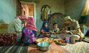 With money received through the UNICEF emergency cash transfer project, a family from Amran Governorate in Yemen shares lunch.