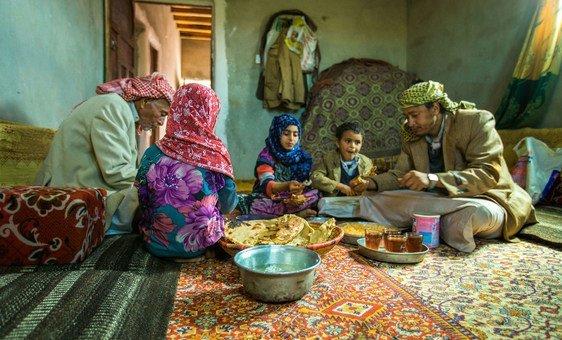 Com o dinheiro recebido através do projeto de transferência de renda emergencial da Unicef, uma família da província de Amran, no Iêmen, compartilha o almoço.