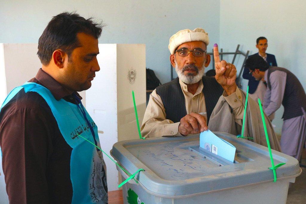 Un Afghan met son bulletin dans l'urne lors de l'élection présidentielle dans un bureau de vote de Paktya, la capitale de la province de Gardez dans la région du sud-est. (Septembre 2019)