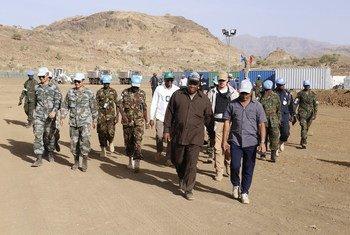 رئيس بعثة يوناميد خلال زيارة ميدانية إلى منطقة قولو في ولاية وسط دارفور. عام 2017