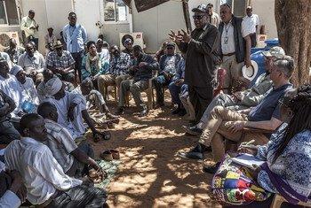 من أرشيف 2018: رئيس بعثة يوناميد يخاطب جمعا للنازحين في معسكر زمزم في شمال دارفور، خلال زيارة برفقة وكيل الأمين العام لعمليات حفظ السلام، جان بيير لاكروا.