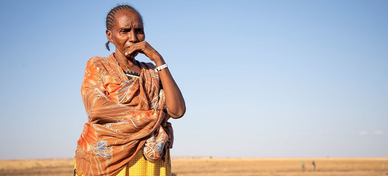 इथियोपिया के टिगरे क्षेत्र की एक महिला शरणार्थी/विस्थापित महिला, सूडान में एक सुविधा केन्द्र पर प्रतीक्षा करते हुए.