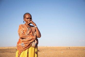 Эфиопские беженцы из Тыграя дожидаются перевода в лагерь из приграничного центра временного содержания в Судане