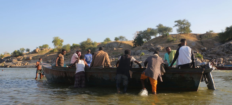Des réfugiés éthiopiens, fuyant les affrontements dans la région du Tigré, dans le nord du pays, traversent la frontière vers Hamdayet, au Soudan,par la rivière Tekeze. (archives)