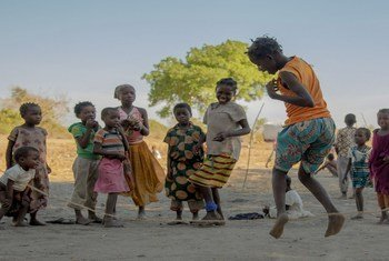 Crianças brincam em assentamento de deslocados internos de Metuge, em Cabo Delgado