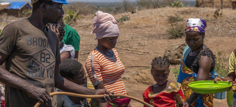 Deslocados fazem fila para obter água em Metuge, província de Cabo Delgado, em Moçambique