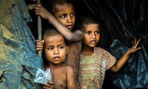 孟加拉国考克斯巴扎尔难民营,罗兴亚男孩从自己居住的的帐篷向外张望。