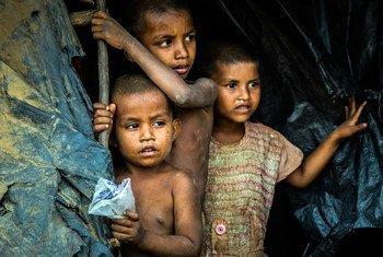बांग्लादेश के कॉक्सेज़ बाज़ार शरणार्थी शिविर में कुछ रोहिंज्या बच्चे. म्याँमार से सुरक्षा के लिए भागे लाखों शरणार्थी इसी शिविर में पनाह लिए हुए हैं.