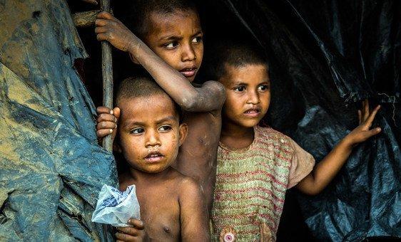 أولاد صغار من جماعة الروهينجا يقفون في مأوى في مخيم هاكيمبارا في كوكس بازار، بنغلاديش