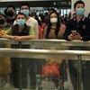 चीन में कोरोनावायरस के मामले लगातार सामने आने के बीच लोग एहतियातन चेहरे पर मास्क लगा रहे हैं.