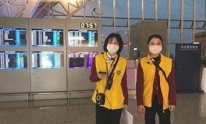 Les membres du personnel de l'aéroport international Chengdu Shuangliu, en Chine, portent des masques.