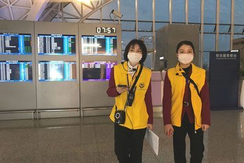 Trabajadoras del aeropuerto de Chengdu en China se protegen del coronavirus con tapabocas.