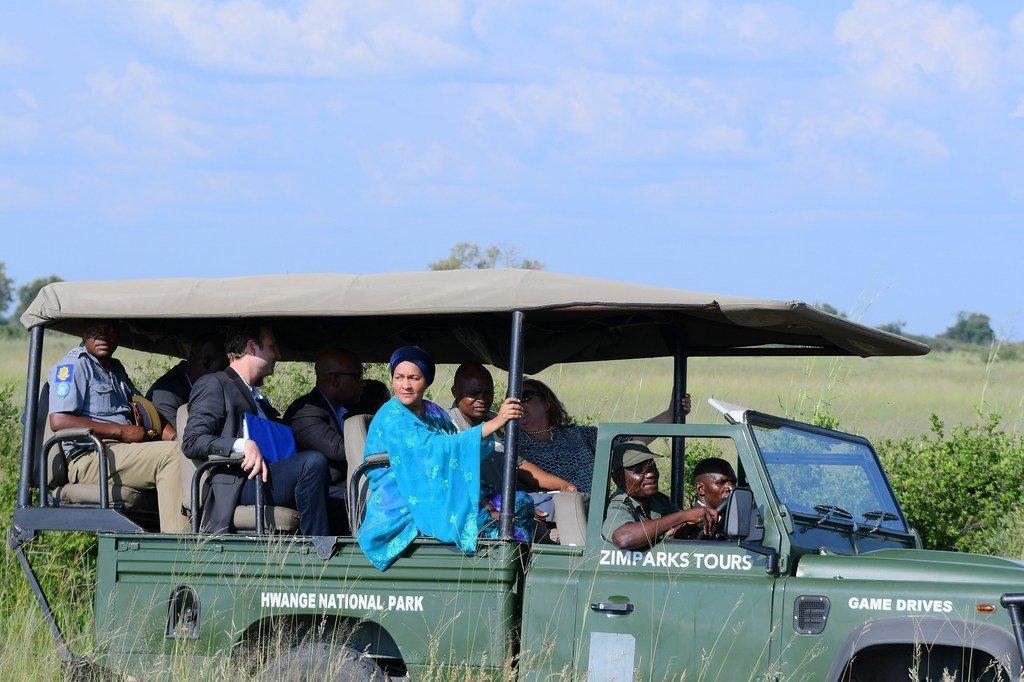 أمينة محمد، نائبة الأمين العام، أثناء زيارة لمتنزه هوانج الوطني في زيمبابوي لمعاينة تأثير التغير المناخي على الموائل والحياة البرية والناس.