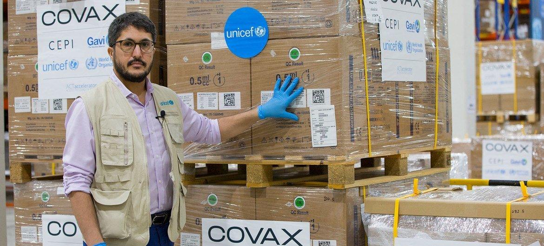 В ООН настоятельно призывают богатые страны делиться дозами вакцин с развивающимися, в том числе через COVAX – механизм, созданный ВОЗ и ее партнерами.