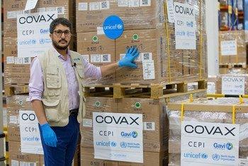 """联合国儿童基金会已开始在""""新冠疫苗获取机制""""下运送疫苗注射器。"""