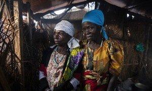 Charlotte (kushoto) na Françoise  (kulia) wakiwa kwenye picha ya pamoja katika kambi ya wakimbizi wa ndani ya Loda jimboni Ituri nchini DR Congo.