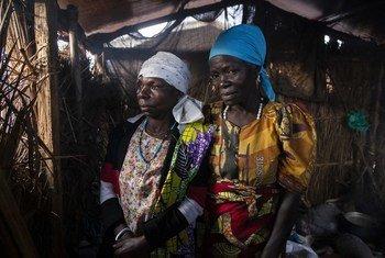 سيّدتان في أحد مخيمات الإيوء للنازحين داخليا في فاتاكي بمقاطعة إيتوري.