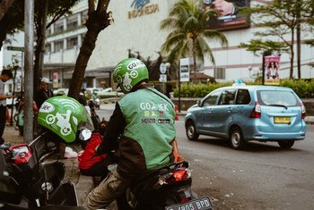 Un motard d'une startup de transport indonésienne attend un passager.