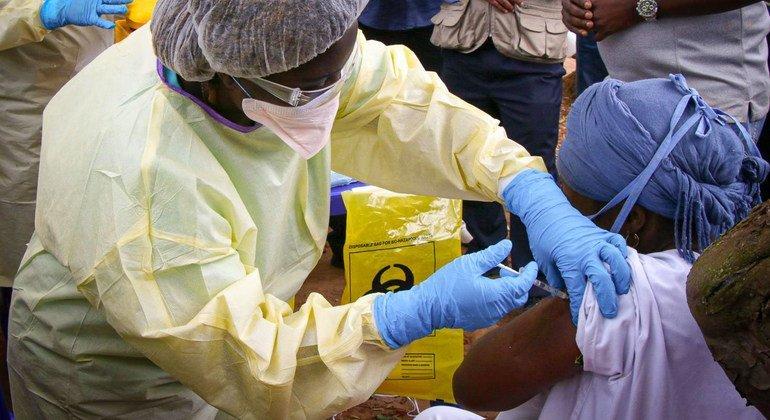 La vaccination a commencé neuf jours après la déclaration de l'épidémie d'Ebola en Guinée en 2021.  Plus de 11.000 personnes out été vaccinées, dont 2.800 agents de santé.