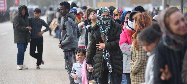 اللاجئون والمهاجرون يتجمعون أمام أحد المعابر في تركيا أملا في العبور إلى اليونان