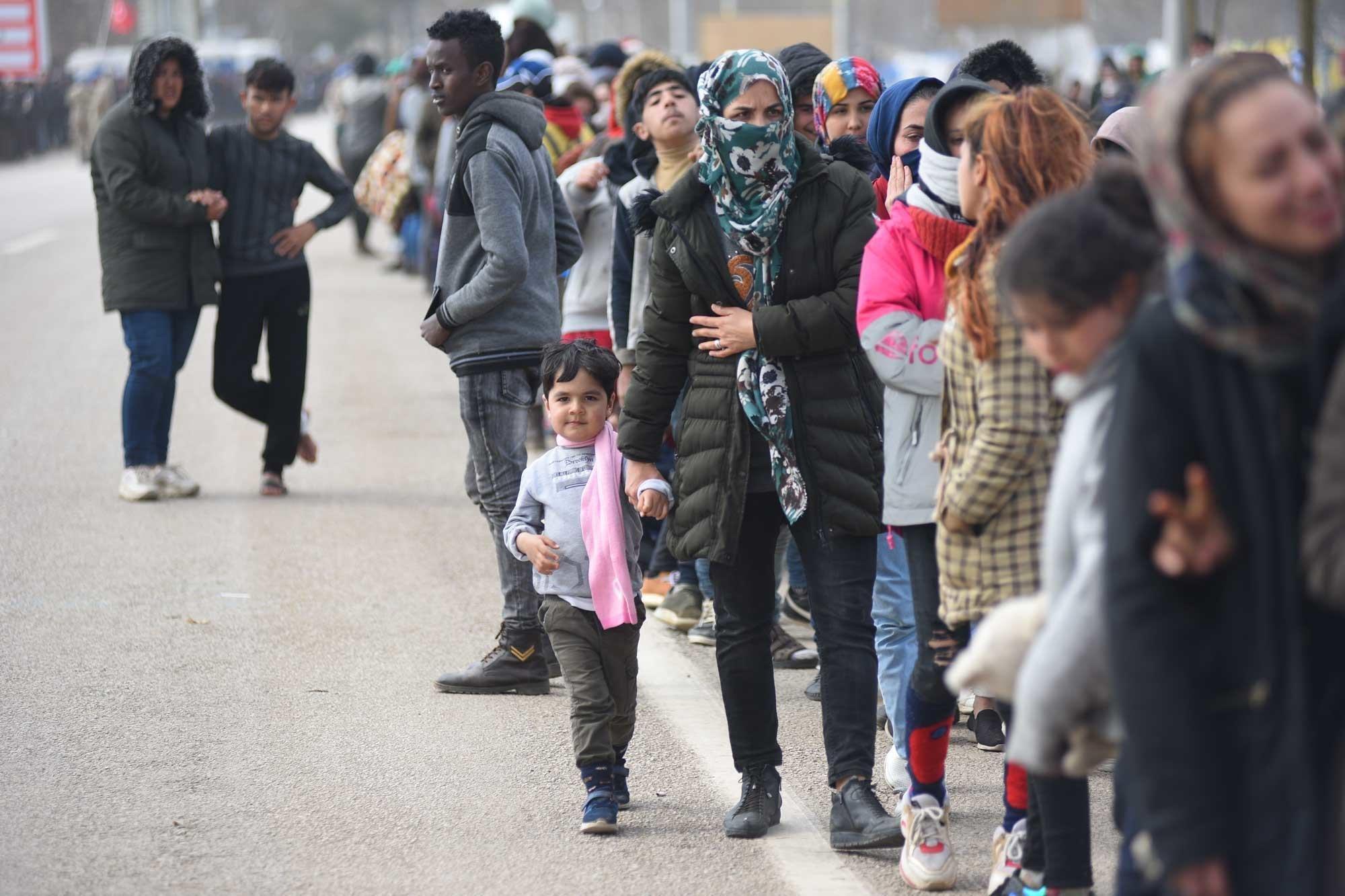 难民与移民在土耳其埃迪尔内的边境地区排队等待,希望能够过境进入希腊。