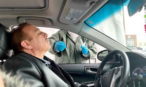 الزميل نبيل ميداني، يجري اختبار فيروس الكورونا في أحد المختبرات في ولاية نيوجرسي.