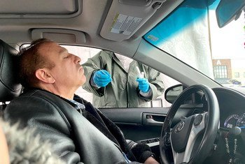 Un trabajador de la ONU recibe el test del coronavirus en un centro especializado de Nueva Jersey, Estados Unidos.